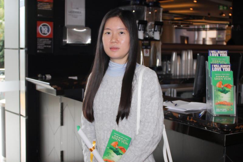 韓裔藝術家Sun Roh觀看神韻在悉尼的最後一場演出。(駱亞/大紀元)