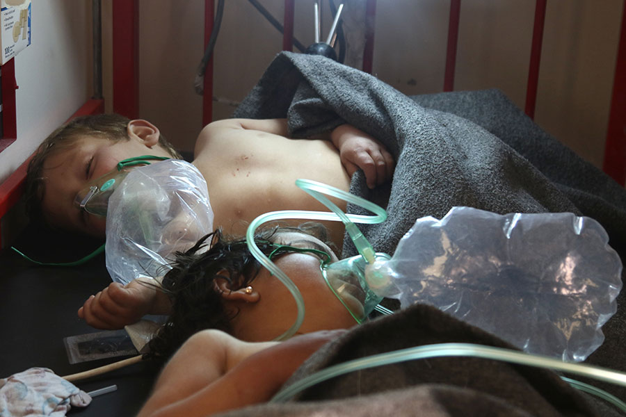 周二(4月4日)早上敘利亞西北部伊德利卜省(Idlib)的Khan Sheikhun小鎮發生疑似化學毒氣攻擊,造成至少58人死亡,包括11名兒童,另有數百人受傷。(MOHAMED AL-BAKOUR/AFP/Getty Images)
