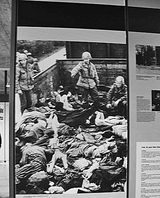 美軍在德國達豪集中營發現的納粹 尚未處理完的成堆屍體,圖為達豪集 中營。(Getty Images)