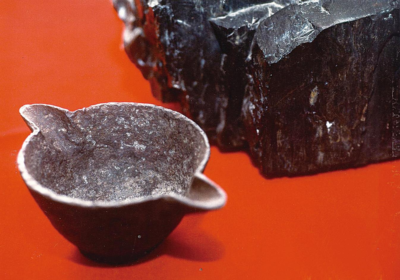1912年在美國俄克拉荷馬州發現的三億多年前的鐵鍋。(Creation Evidence Museum)