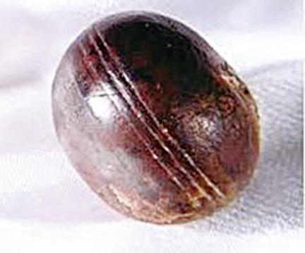 在有28億年歷史的地層中發現的帶有凹槽的金屬球。(網絡圖片)