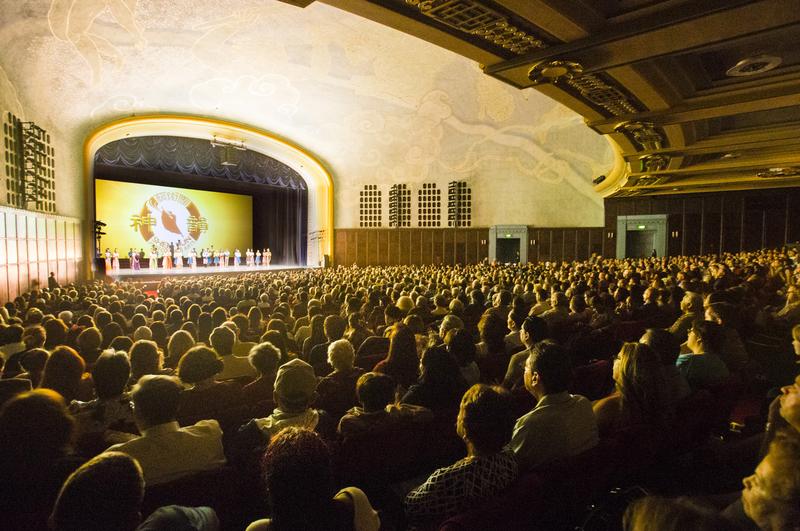 4月2日下午,美國神韻國際藝術團在南加州大學城克萊蒙特布利奇禮堂舉行了第四場演出,繼續爆滿。(季媛/大紀元)