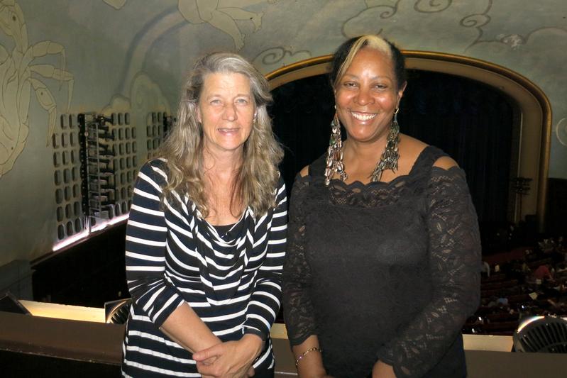 著名哲學家和大學教授約翰遜博士(Dr. Robin Johnson,右)和藝術家Char Sieg讚神韻高雅有活力。(李旭生/大紀元)