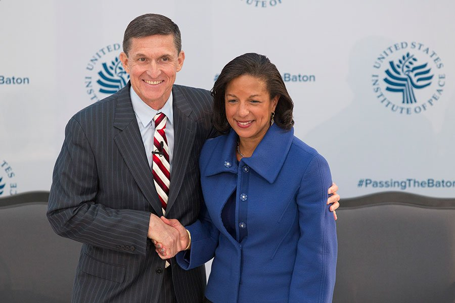 特朗普前國安顧問弗林(圖左)及奧巴馬前國安顧問賴斯,今年1月10日在華府出席美國和平研究所(U.S. Institute of Peace)舉辦的「2017年交棒:美國在全球的角色」研討會。(CHRIS KLEPONIS/AFP/Getty Images)