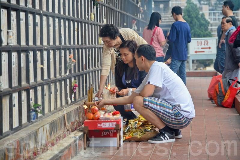 昨日在荃灣華人永遠墳場,大批孝子賢孫帶備祭品和鮮花祭祖。(宋碧龍/大紀元)