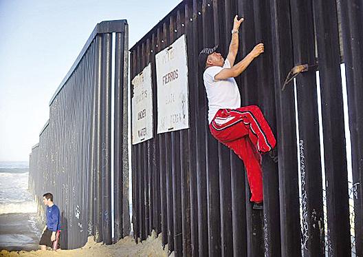 一名男子正在跨越美墨邊境。(Getty Images)