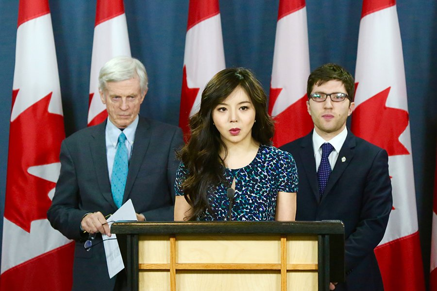 4月4日上午,加拿大國會議員Garnet Genius(後排,右)在渥太華召開新聞發佈會宣佈在國會重新提出C-561法案(Bill C-561),打擊強制摘取人體器官行為。前加拿大世界小姐林耶凡和前亞太司司長大衛・喬高出席了發佈會。(任僑生/大紀元)