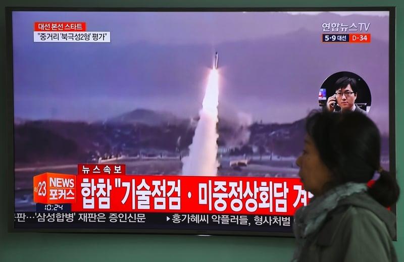 南韓軍方披露射程800公里彈道導彈成功試射。圖為5日於首爾火車站,電視屏幕顯示彈道導彈發射的錄像。(JUNG YEON-JE/AFP)