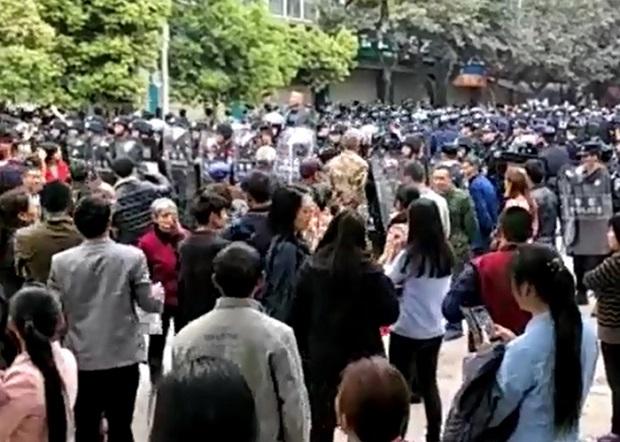 2017年4月5日,逾千民眾來到死者趙鑫就讀的太伏中學外討公道,約千警察到場鎮壓。(受訪者提供/自由亞洲電台)