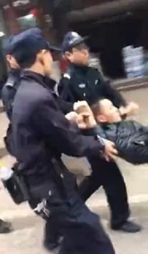 2017年4月5日,有抗議的民眾被警察抬走。(受訪者提供/自由亞洲電台)