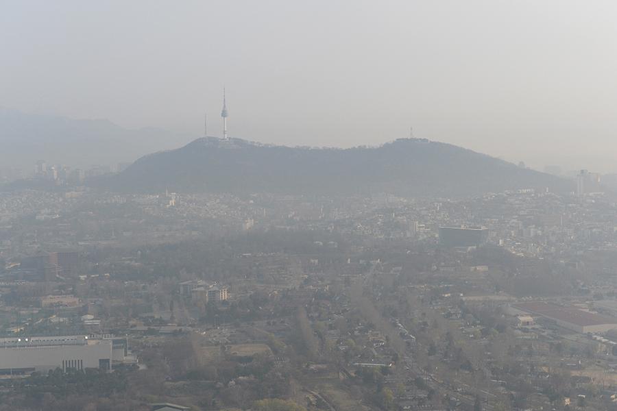 圖為4月4日首爾出現嚴重陰霾天氣的情景。(newsis)