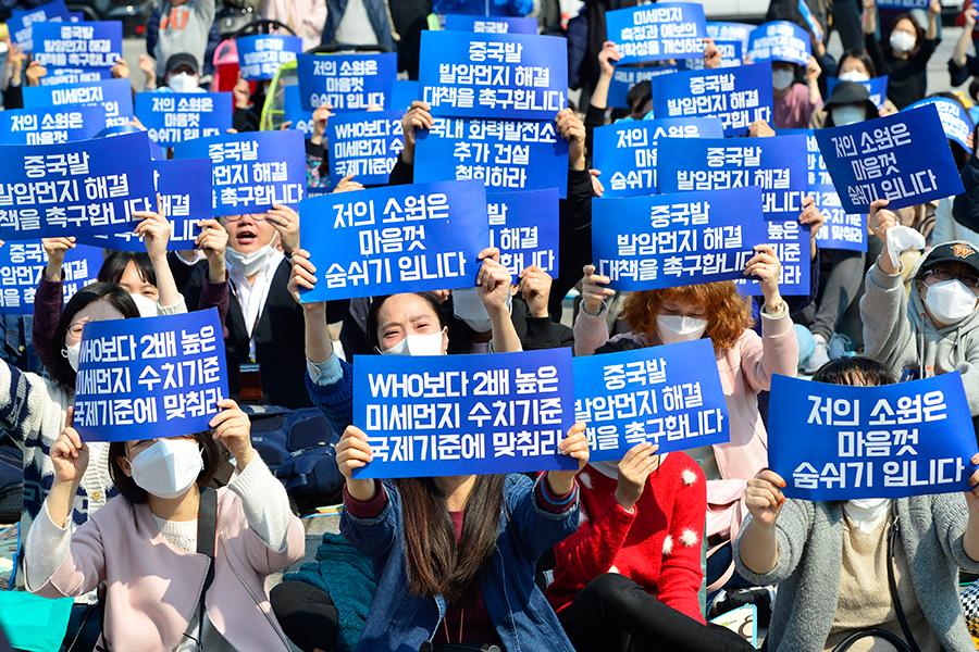 4月2日下午南韓線民團體還在首爾光化門廣場舉行集會,要求南韓政府拿出對策,應對從中國飄來的陰霾。(newsis)