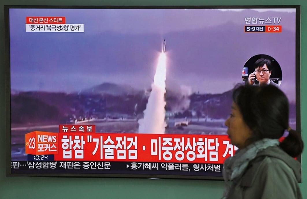 南韓軍方披露射程800公里彈道導彈成功試射。圖為5日,首爾火車站,電視屏幕顯示彈道導彈發射的錄像。(AFP)