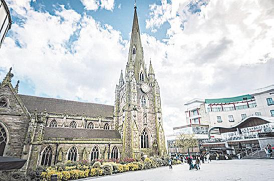 氣勢恢宏的聖馬丁教堂(Saint Martin in the Bullring),旁邊就是菜市場。(Depositphotos)