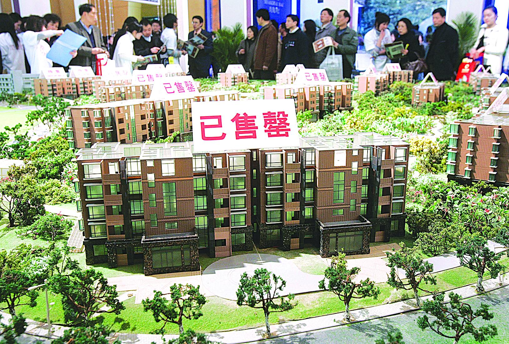 上海市某房地產公司的購樓者。(Getty Images)