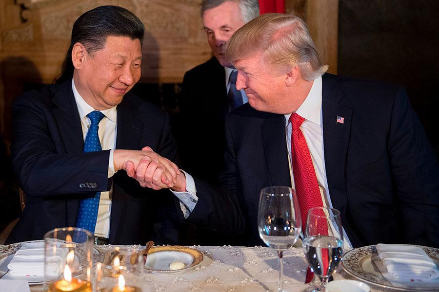 近期美方宣佈對台軍售以及制裁暗中私通北韓的中國銀行、公司與個人等行為,令外界擔憂中美關係是否走冷,但專家說言之過早。圖為四月,特朗普與習近平在私人莊園馬阿拉哥首次會晤。 (JIM WATSON/AFP/Getty Images)