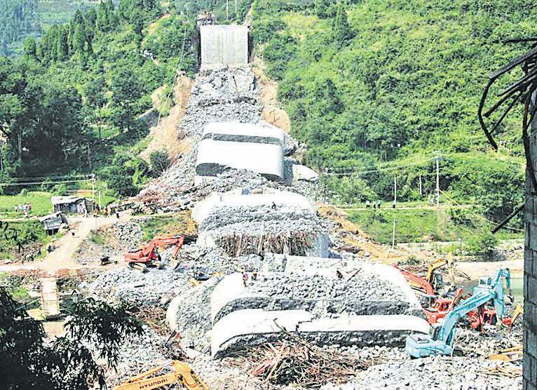 2007 年8 月13 日,湖南鳳凰縣的堤 溪沱江大橋在拆腳手架時,整座橋於 十秒鐘之內垮成了一堆碎石,造成64 人遇難,22人受傷。( 網絡圖片)