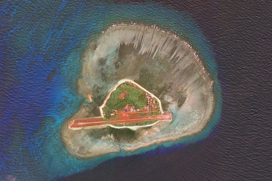 菲律賓總統杜特爾特在南海問題上突然轉趨強硬,不僅表示6月要到南海島嶼升旗,還下令菲律賓政府軍佔領該國聲索海域範圍內的所有無人島嶼。圖為中業島(Pag-Asa Island,菲稱希望島)。(Google地圖)