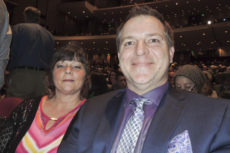 2017年4月5日下午,Scott Banning攜夫人Jill觀看了神韻北美藝術團在美國波特蘭凱勒劇院的第二場演出。(文遠/大紀元)