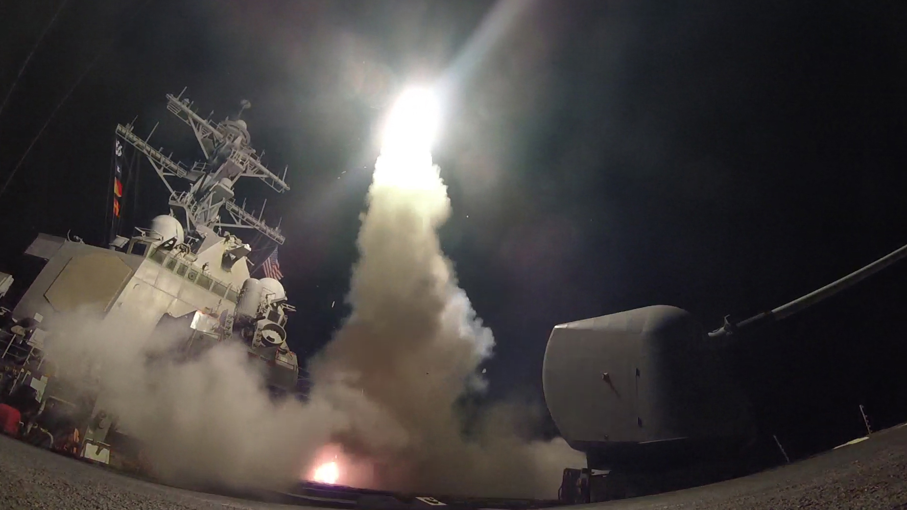 圖為美國周五(7日)對敘利亞實行空襲,以懲罰其日前對平民發動化學武器攻擊。(美國海軍官網)