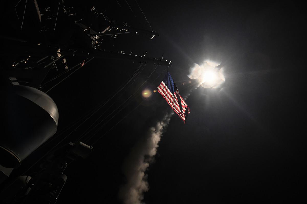 美國在敘利亞時間周五凌晨對其一空軍基地發射59枚導彈,目的是向阿薩德政權釋放強烈信號,預防和阻止敘利亞再次發動化學毒氣攻擊。(AFP PHOTO/US NAVY/Ford WILLIAMS)