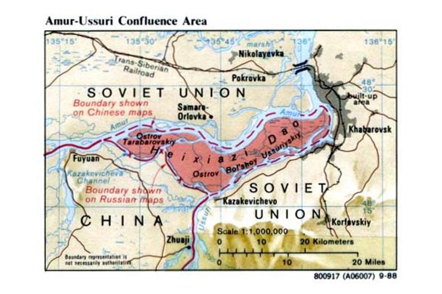 中紅色區域為「黑瞎子島」。紅色虛線為中國過往宣稱的主權邊界線。帶「x」的紅線為俄羅斯宣稱的邊界線。(圖片:美國聯邦政府公佈)