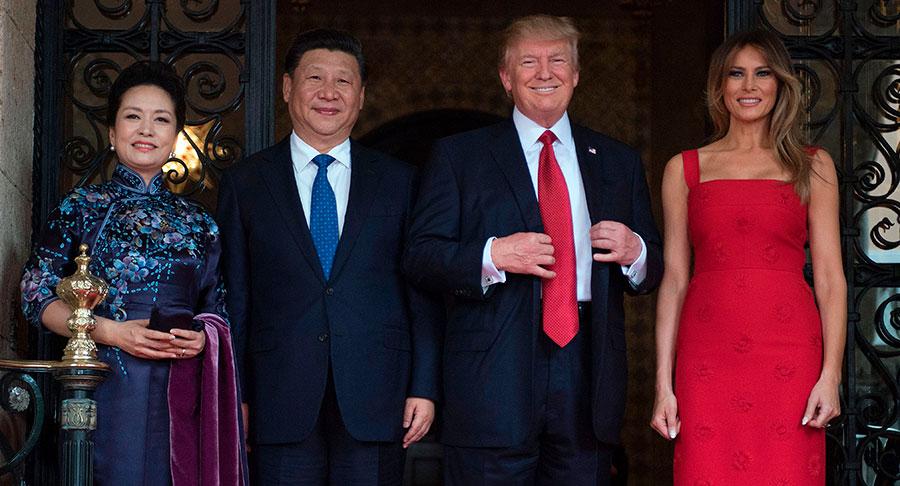 特朗普夫婦及習近平夫婦在莊園門口。(JIM WATSON/AFP/Getty Images)