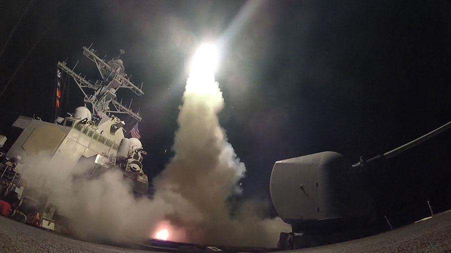 為了遏制敘利亞再次對平民發動化學武器攻擊,美國在當地時間周五(4月7日)凌晨採取迅速懲罰行動,對敘利亞一個關鍵空軍基地發射59枚戰斧導彈。(AFP PHOTO/US NAVY/Ford WILLIAMS)