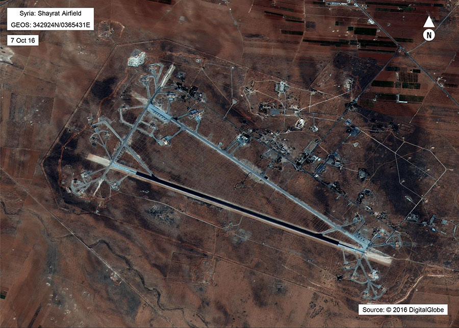 星期五(4月7日)公佈的衛星圖像顯示,在被59枚美國戰斧導彈轟炸的敘利亞空軍基地上,機場設施、飛機和加油裝置被大量摧毀。(AFP PHOTO/US Department of Defense)