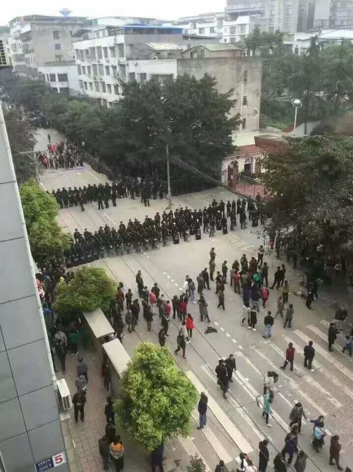 太伏事件官方調動大批特警、軍警,甚至裝甲車開進城鎮,封鎖一切消息進行鎮壓。(網絡圖片)