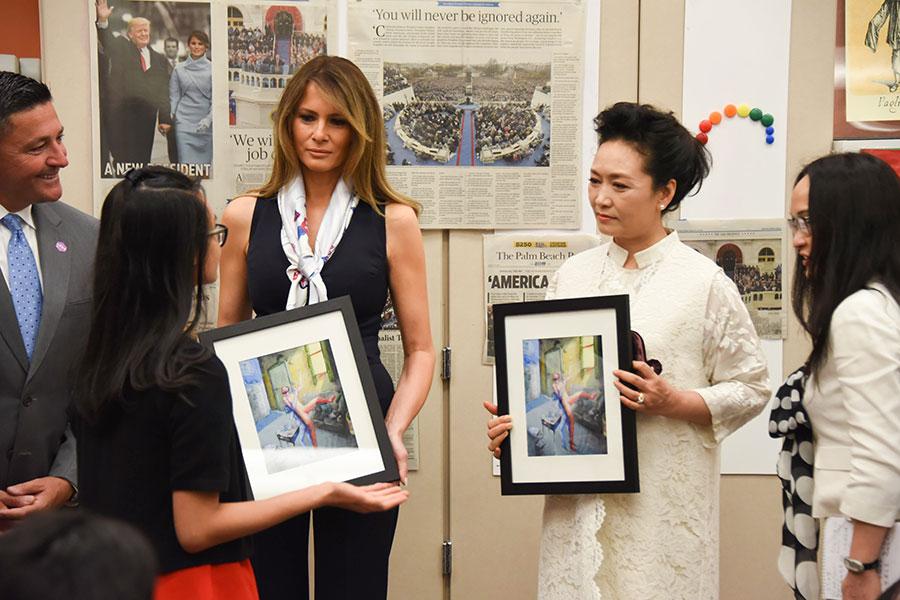 周五(4月7日)上午,美國總統特朗普和中國國家主席習近平的會晤繼續進行,與此同時,中美第一夫人梅拉尼婭和彭麗媛一起參觀了佛州西棕櫚灘一所藝術學校。(MICHELE EVE SANDBERG/AFP/Getty Images)