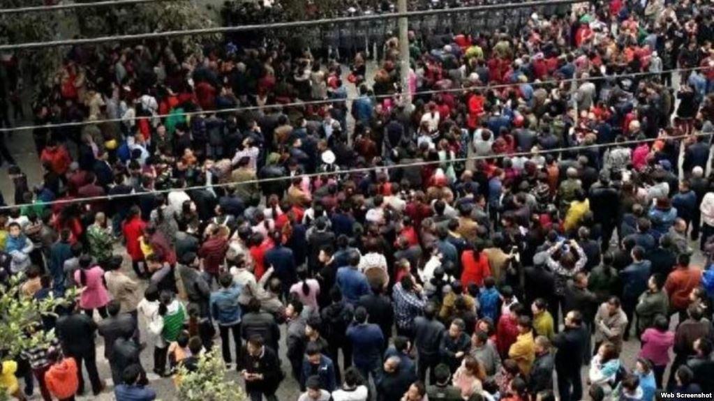 4月1日,四川瀘州太伏中學一名14歲男生趙鑫離奇「墜樓」死亡。警方隱瞞案情,引發當地逾上千民眾抗議,爆發警民衝突,軍方封鎮。隨後,瀘州大範圍停電斷網12天。圖為4月6日,太伏鎮民眾在太伏中學外與軍警對峙。(網絡圖片)