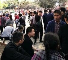 【瀘州校園命案】瀘州遇難學生頭七 上千民眾聚校前討公道