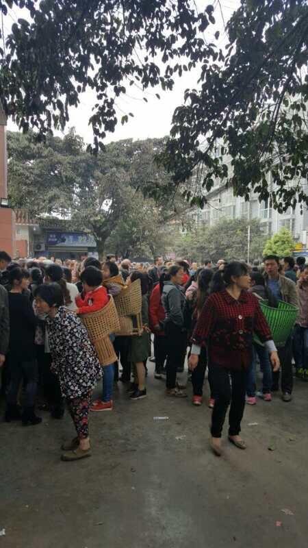 4月7日,是四川瀘州太伏中學學生趙鑫死亡第七天,上千名民眾聚集在校門口前討公道。(當地民眾提供)