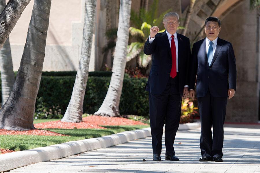 特朗普總統周五(4月7日)說,在跟中國國家主席習近平舉行首次會晤之後,他們在建立合作關係方面取得「巨大進展」。(JIM WATSON/AFP/Getty Images)