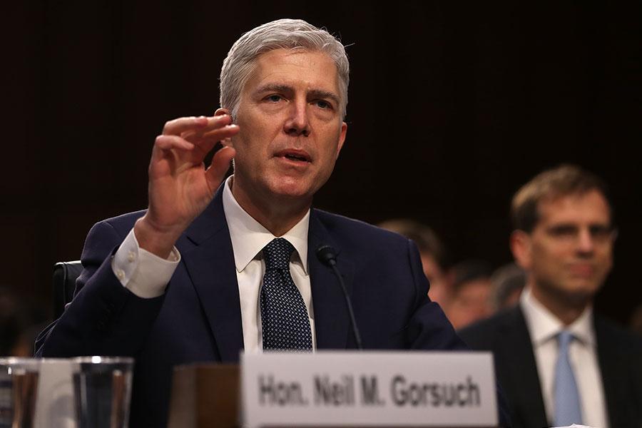 美國國會參議院7日以54票贊成、45票反對的投票結果,通過尼爾・戈薩奇(Neil Gorsuch)出任美國最高法院大法官的提名,終結了長達一年多的政治角力,並讓特朗普在上任百日內贏得重大勝利。(Justin Sullivan/Getty Images)