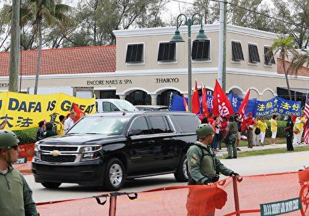 習近平的車隊只有許多大型SUV,其中還有一輛U-HAUL的卡車。(澤霖/大紀元)
