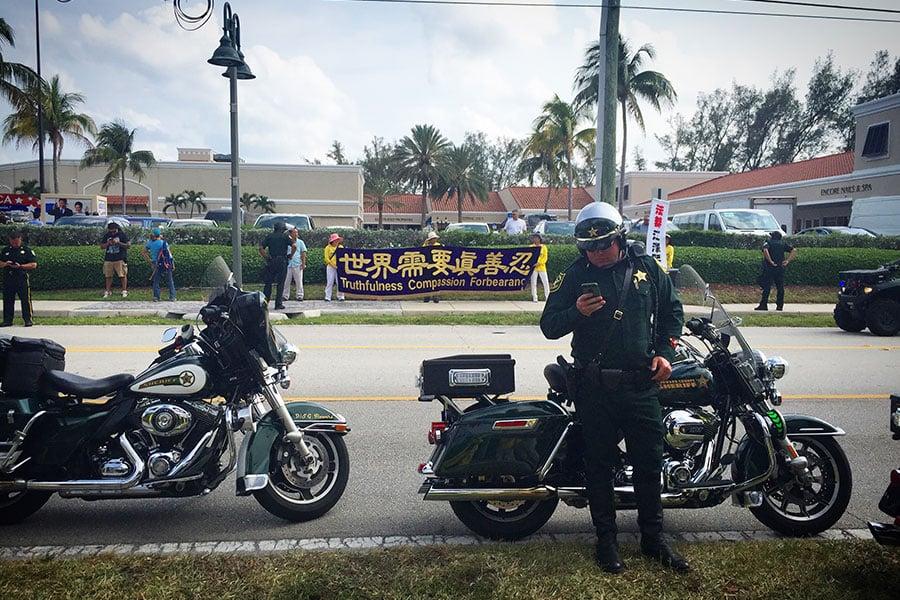 法輪功學員和平理性的風貌得到在賓漢島執勤警察的高度讚揚。警察不許歡迎人群騷擾法輪功學員。(大紀元)
