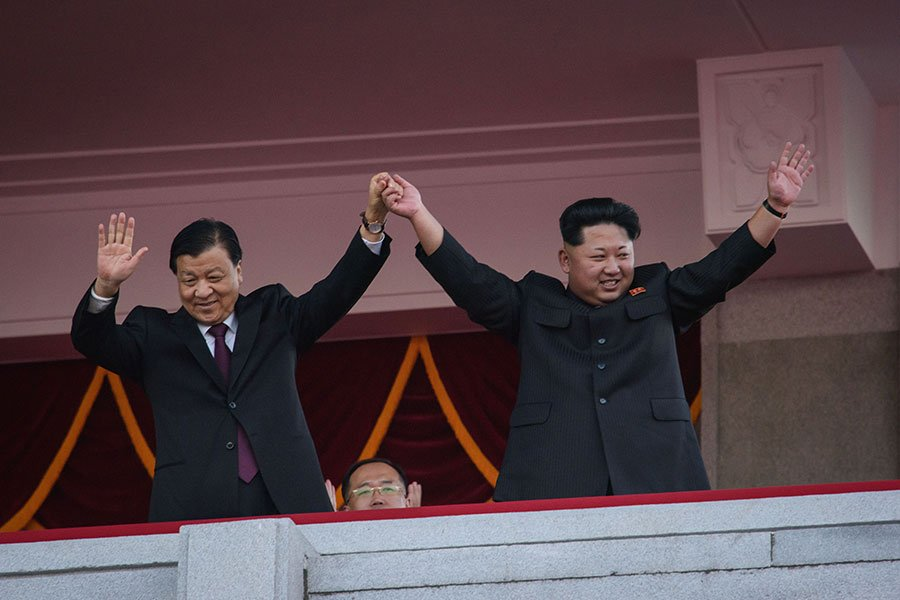 一篇題為《金家最恨誰?——高級脫北者的證言》的文章,摘錄北韓特務、資深統戰部官員張振成著作中關於中朝關係的內容,披露北韓金家政權最痛恨的是中共,朝核對中國的潛在威脅是切實存在的。圖為中共江派政治局常委劉雲山(左)在2015年出席北韓勞動黨70周年黨慶,與北韓領導人金正恩(右)一起閱兵。(ED JONES/AFP/Getty Images)