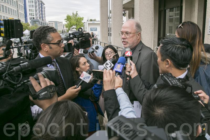 4月6日早上,在法官裁定交保假釋後,李凡妮的律師傑夫・卡爾接受記者採訪。(曹景哲/大紀元)