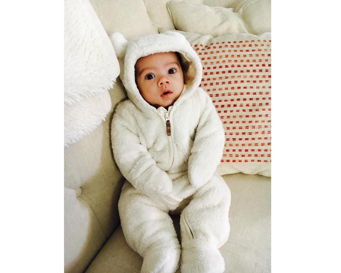 一名5個月大的嬰兒,每天早上被鬆開包巾後雙手舉起的可愛模樣,軟化了3千500多萬網友的心。(KPtheBaby's Facebook)