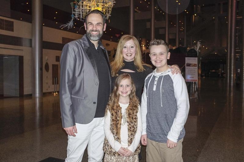 2017年4月7日晚,音樂家Mike Cathey(左一)帶著一家人觀看了神韻北美藝術團在美國西雅圖馬里恩奧利弗麥考劇院的首場演出。(陳怡然/大紀元)