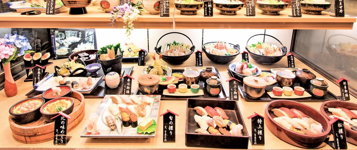 日本餐廳外展示的食品樣本,似乎比真的餐點更令人垂涎三尺。(Fotolia)