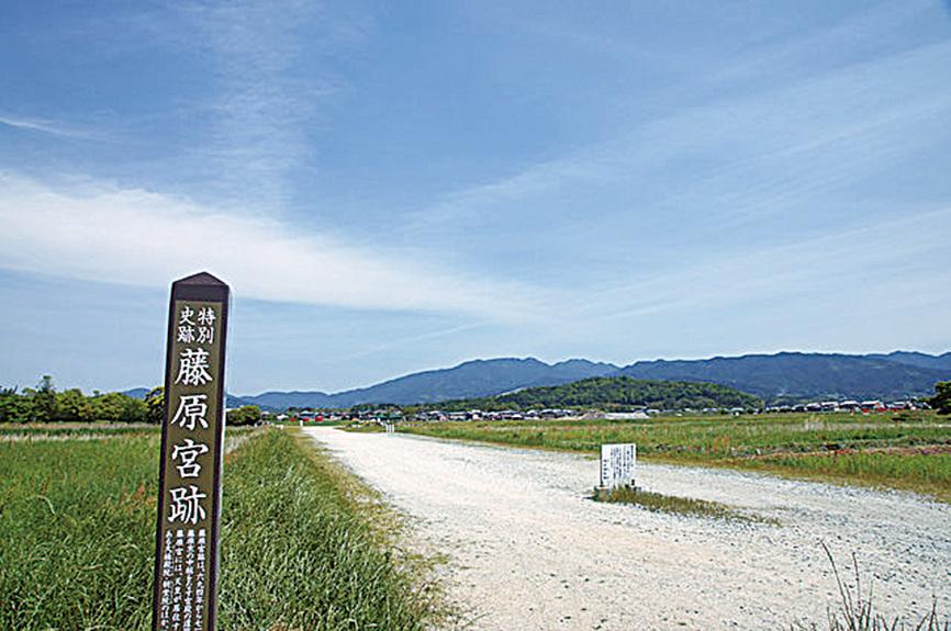 日本以大唐國都長安為範,按照長安的條坊佈局,建起第一座正式的都城——籐原京。圖為籐原京舊址。(公有領域)