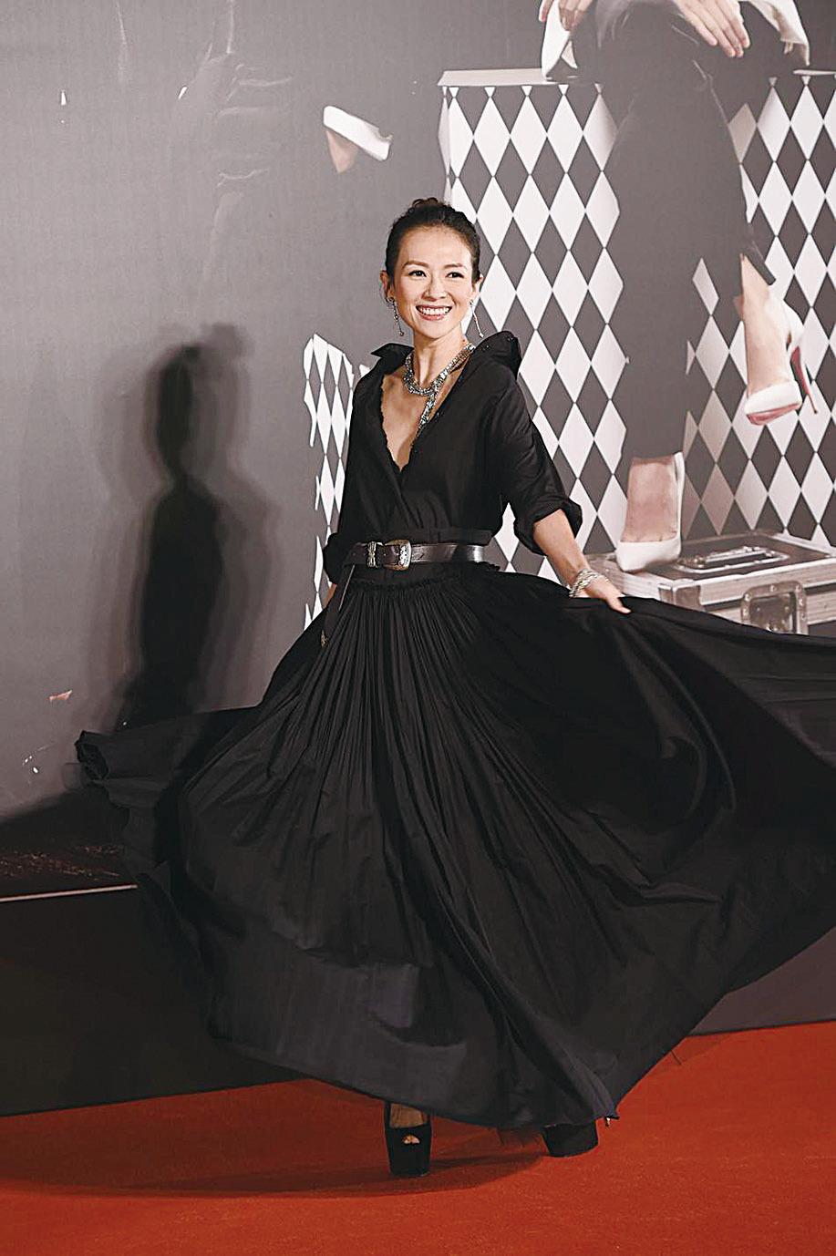 章子怡身穿黑色深V禮服亮相紅毯。(網絡圖片)