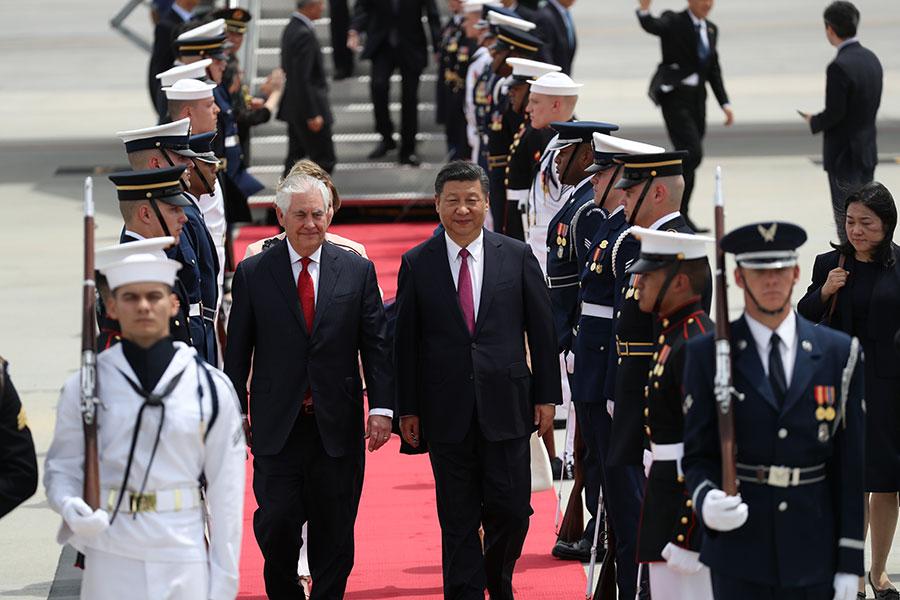 4月6日,美國務卿蒂勒森在佛州西棕櫚灘迎接前來訪問的中國國家主席習近平及其夫人彭麗媛等一行。(Joe Raedle/Getty Images)