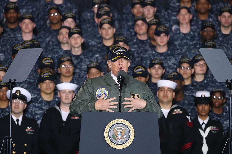 3月2日,美國總統特朗普戴上美國海軍軍帽,身穿飛行服,造訪紐波特紐斯(Newport News)造船廠。(Photo by Mark Wilson/Getty Images)