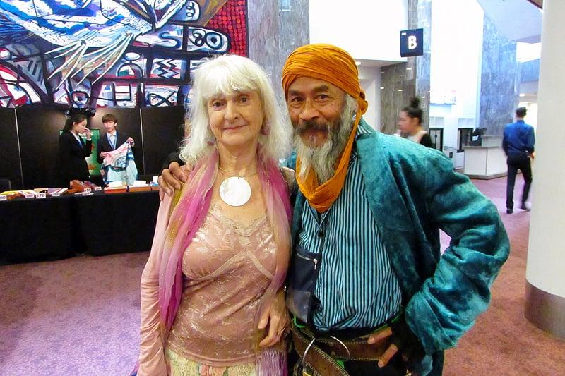 有中國血統的演員Johnny Angel Ko(右)與伴侶在奧克蘭ASB劇院的演出後,眼含淚光,激動不已。(楊楠/大紀元)