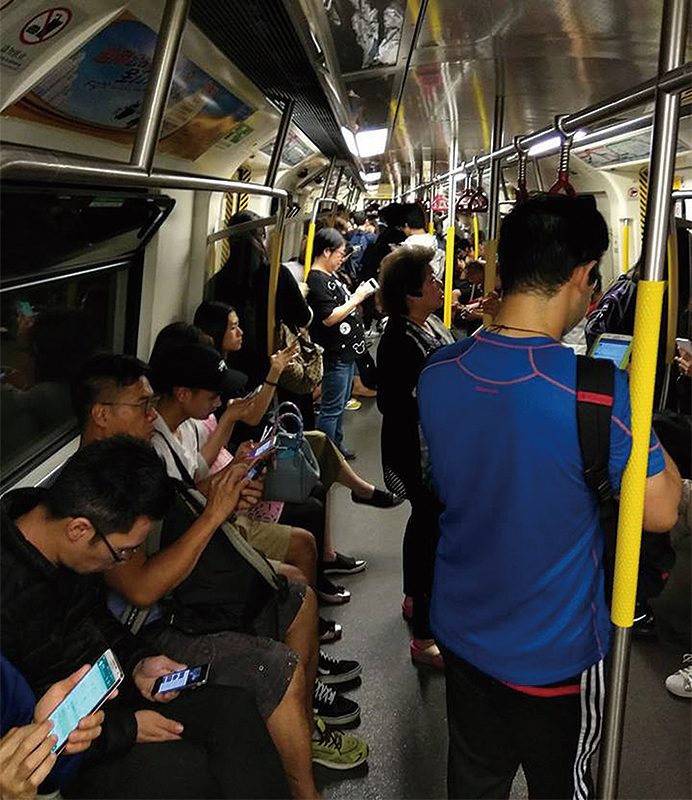 觀塘綫電力故障期間,有車廂部份電燈熄滅,冷氣停止運作,乘客要打開窗保持空氣流通。(KaiMing Yeung/香港突發事故報料區facebook)