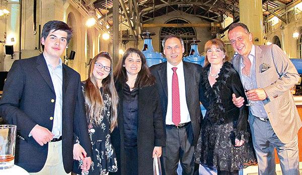 埃及王子Alexander-Ali Orloff(右三)和王妃Mino Orloff(右二)帶著個孩子和朋友(右一)一起觀看了神韻世界藝術團在日內瓦BFM劇院的演出。(麥蕾/大紀元)